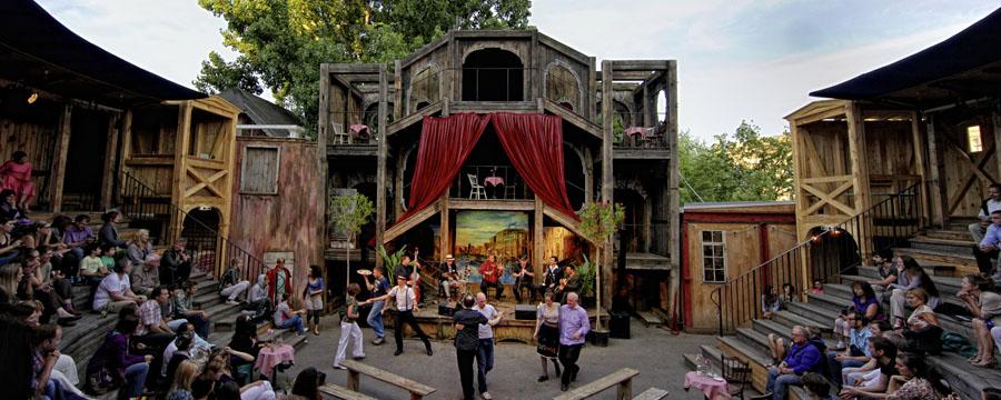 Hexenkessel Hoftheater eröffnet heute seine diesjährige Theatersaison im Amphitheater im Monbijoupark in Berlin-Mitte in der Nähe des S-Bahnhofs Hackescher Markt