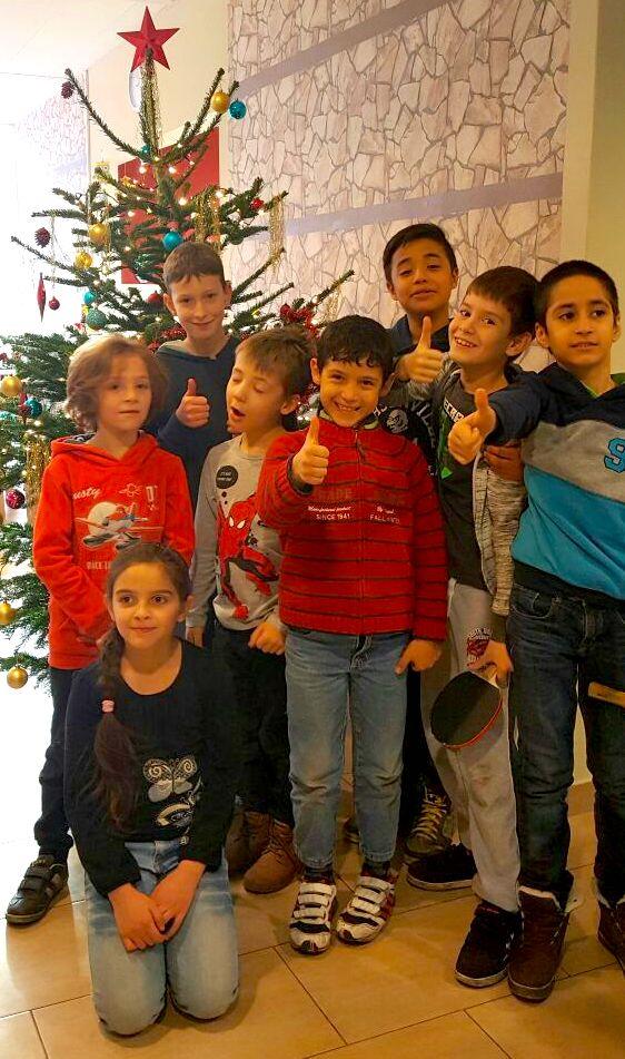 2016-1012-bworx-provisor-arche-kinder-weihnachtsbaum-schmuecken-jungen-maedchen