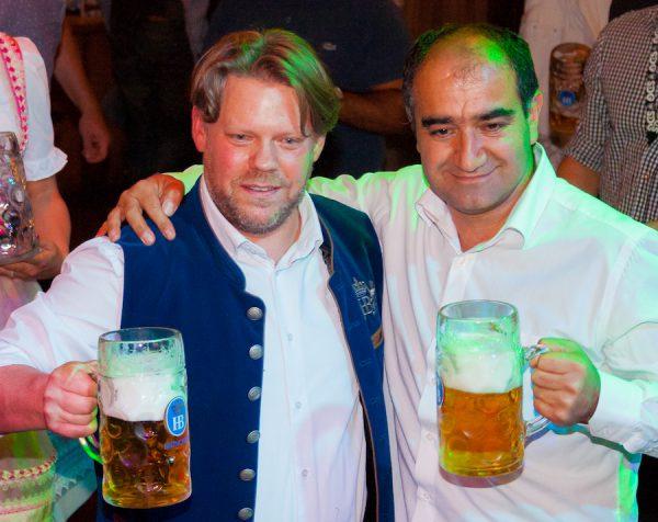 Oezcan mit Mutlu Christian Gohl Hofbräu Berlin Oktoberfest Anstich Photoconcierge Joerg Unkel Hauptstadtfotografen 170916 Concierge Gerry