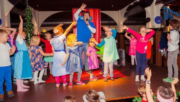 Bühne mitamchen Kinder Kinderbrunch Christian KiKANiNCHEN Legoland Discovery Hofbräu Berlin Photoconcierge Joerg Unkel