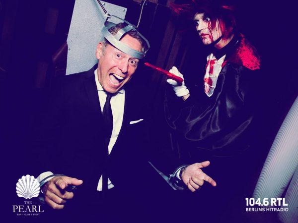 Afterwork Halloween Pearl Club Concierge Gerry 104 6 RTL Kudamm pic Jan Schroeder Folter Horror Show